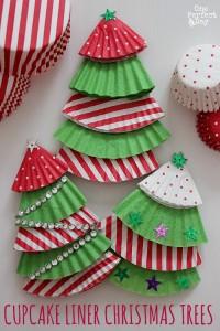 カップケーキケースの紙で作ったクリスマスツリー